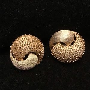 ☎️80's VINTAGE Trifari clip earrings